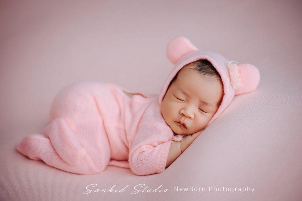 Tạo dáng chụp ảnh bé sơ sinh đáng yêu tại nhà 02
