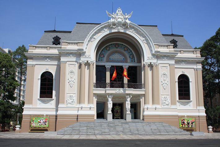 Nhà hát lớn – Địa điểm chụp ảnh cưới của nhiều cặp đôi.