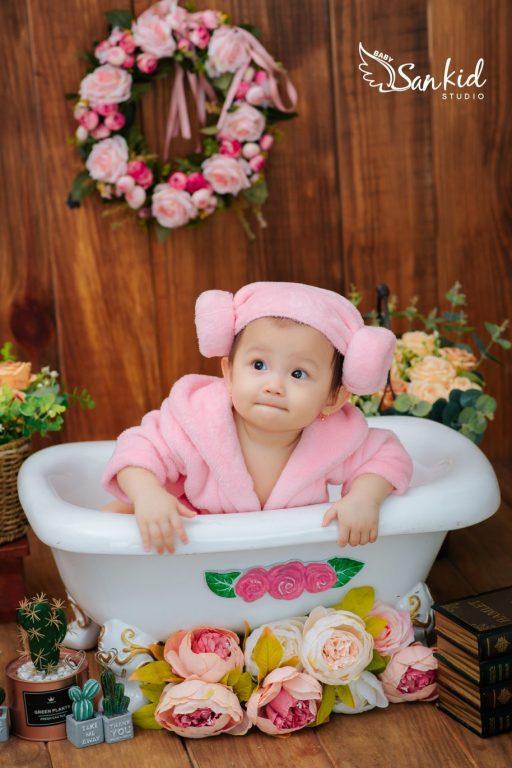 Bé gái siêu đáng yêu với concept bồn tắm