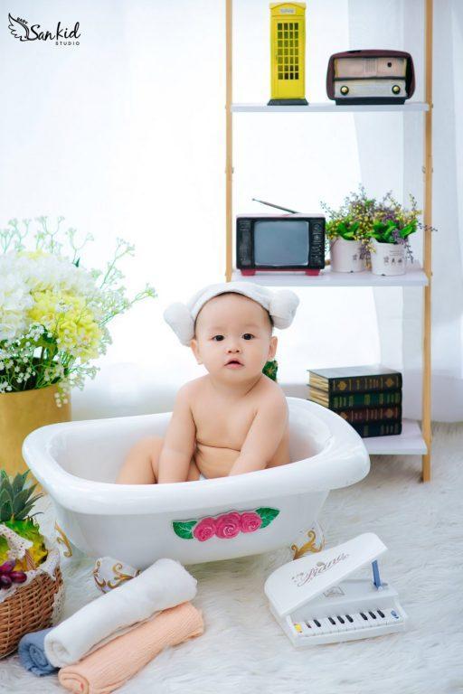 Bé trai lém lỉnh với đạo cụ bồn tắm độc đáo