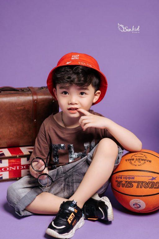 Chọn dụng cụ thể thao làm phụ kiện chụp ảnh cho bé