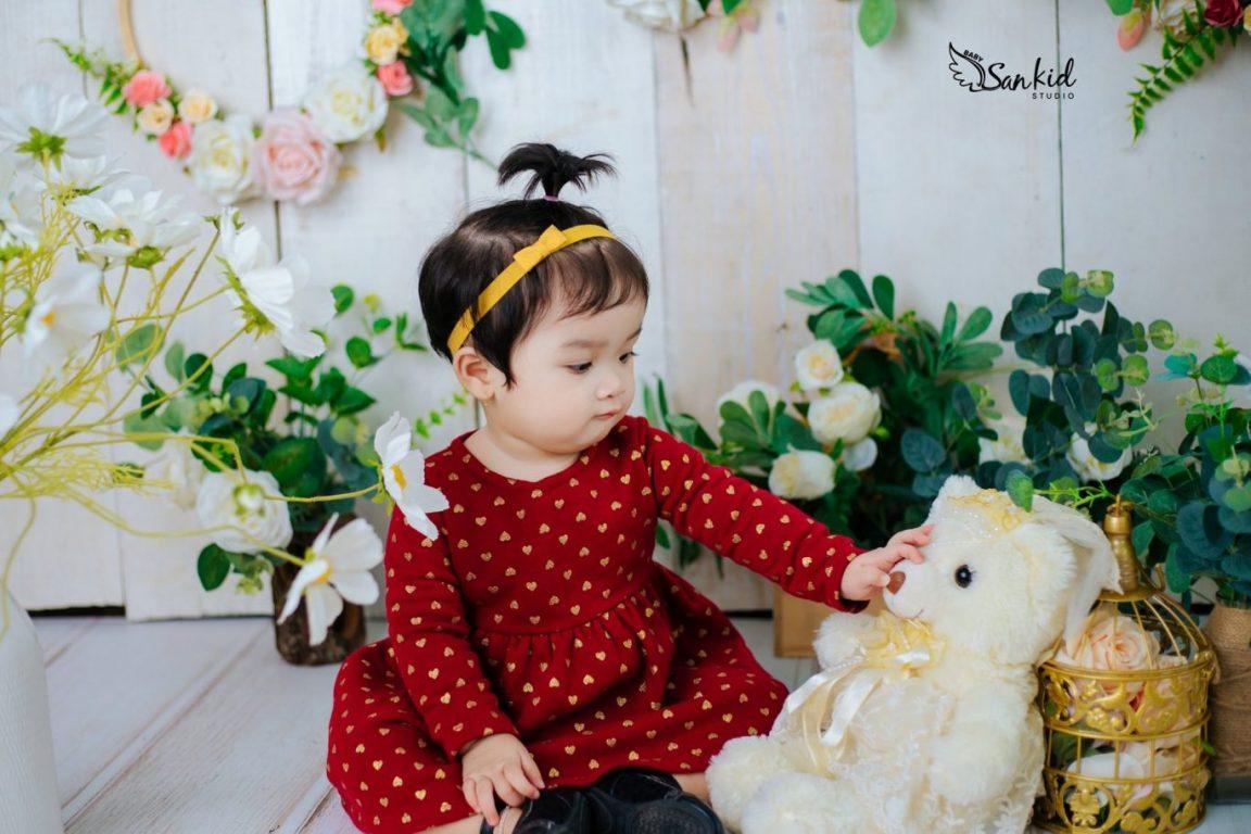 Chọn phụ kiện chụp ảnh cho bé với gấu bông