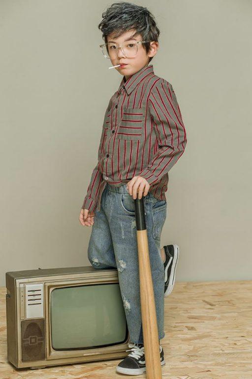 Mix đồ cho bé trai với áo sơ mi quần jeans cực phá cách