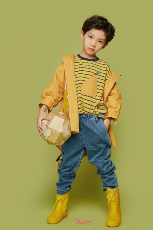 Mix đồ cho bé trai với áo thun và jeans cùng bomber