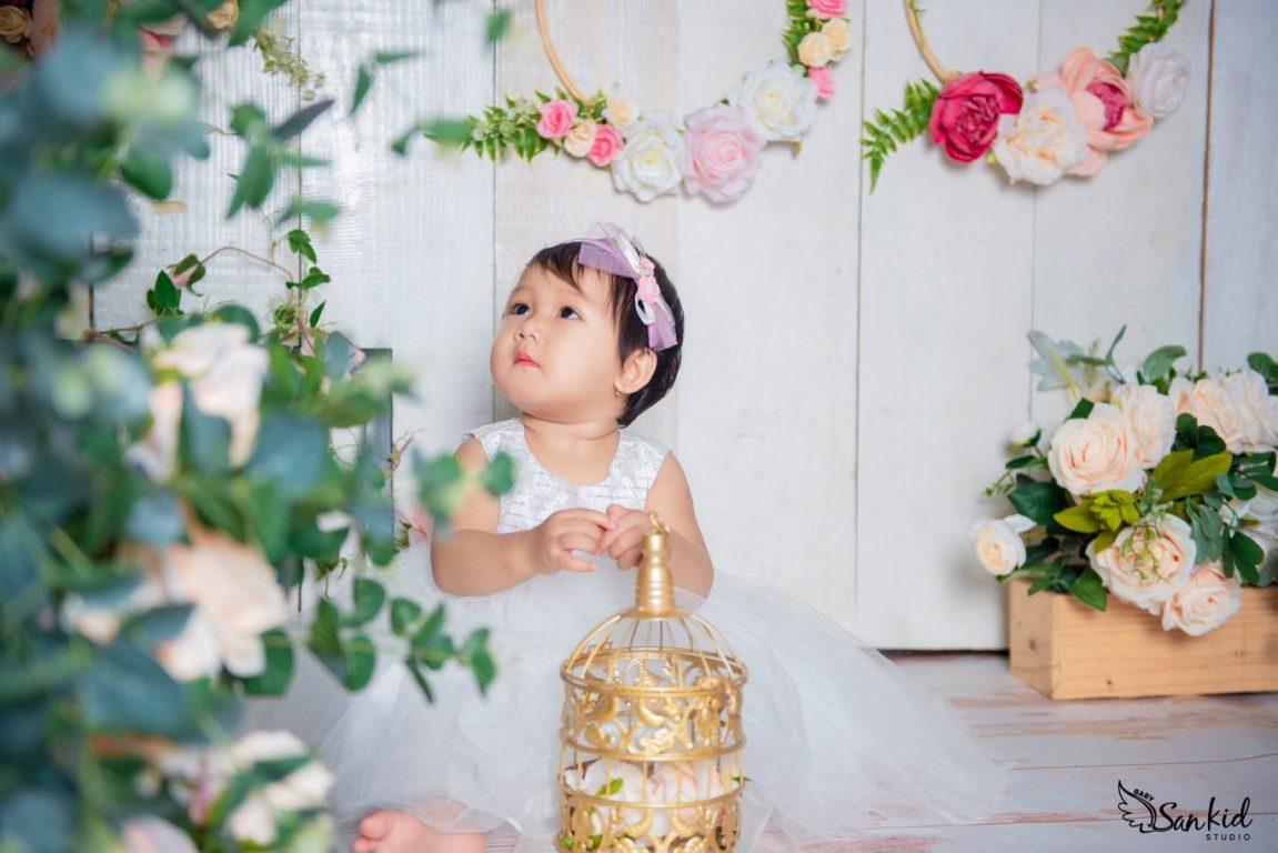 Chọn những bông hoa tươi tắn làm phụ kiện chụp ảnh thôi nôi đầy nghệ thuật