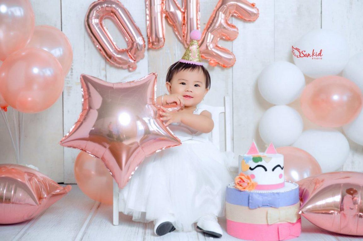Kết hợp bóng bay làm phụ kiện chụp ảnh sinh nhật cho bé