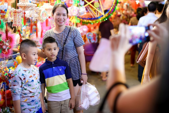 Chụp ảnh gia đình ở Phố Trung Hoa quận 5 để lưu giữ ảnh Trung Thu