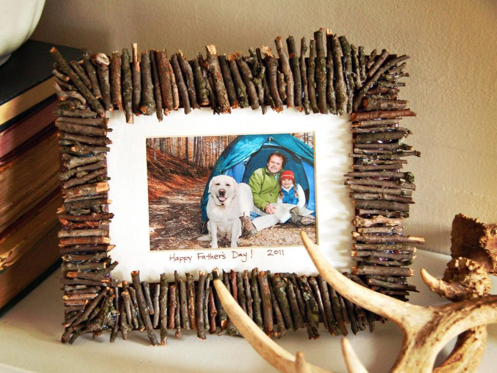 Trang trí khung ảnh với que gỗ nhỏ vô cùng độc đáo