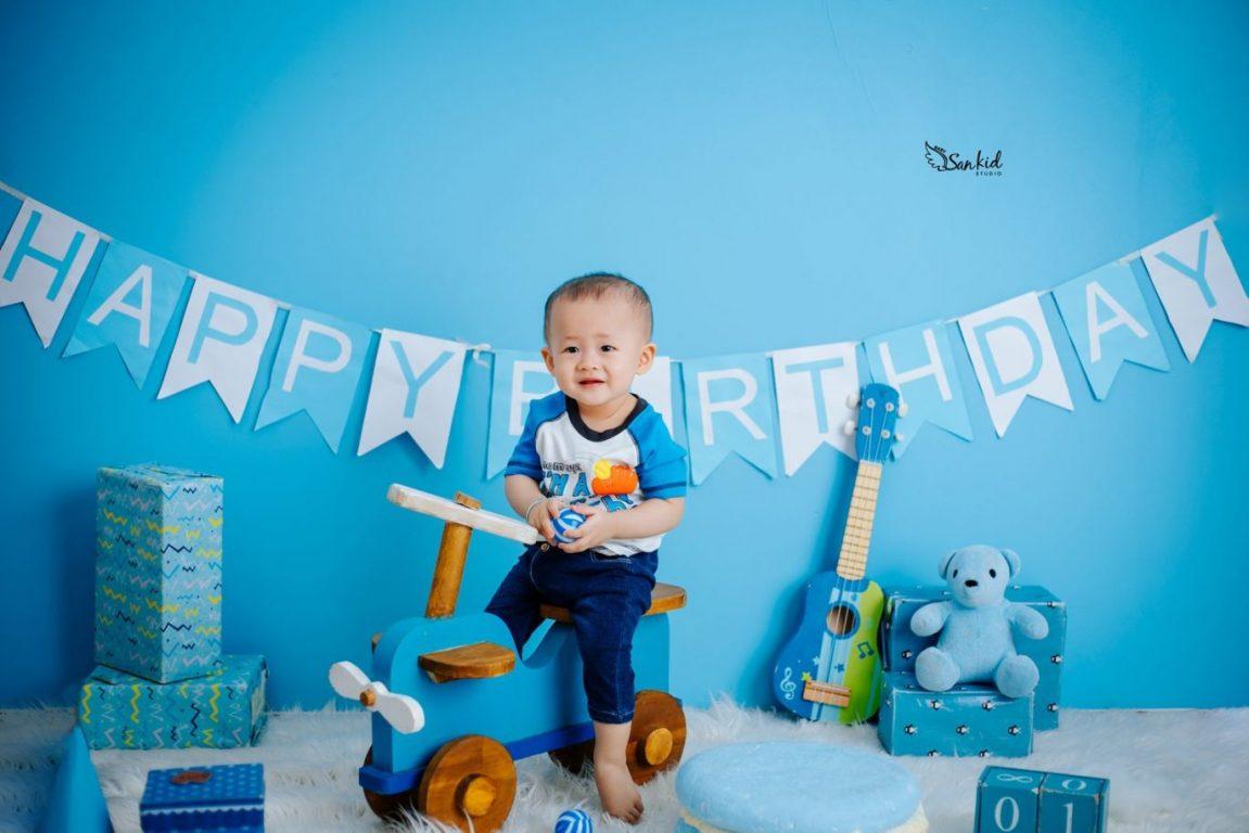 Xe đồ chơi là phụ kiện chụp ảnh thôi nôi thích hợp cho bé trai