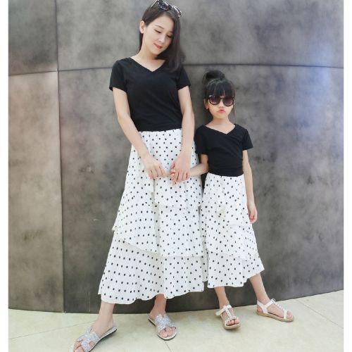 Trang phục Tết mẹ và bé đầy các tính khi phối chân váy cùng án thun