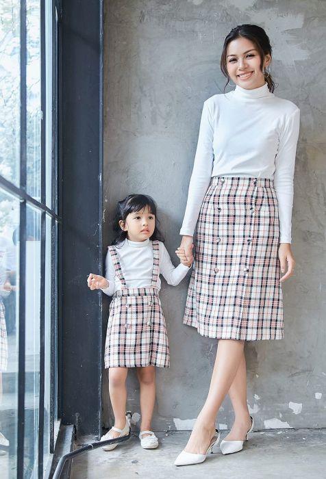 Cách phối, mix chân váy cùng áo thun năng động cá tính cho mẹ và bé