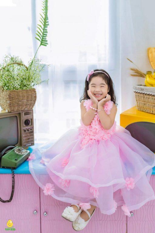 Mix đồ cho bé gái với những tone màu tươi tắn kèm họa tiết đáng yêu