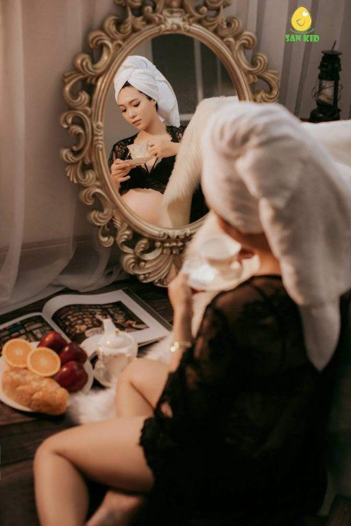 Chụp hình nghệ thuật cho mẹ bầu với gương phản chiếu sáng tạo