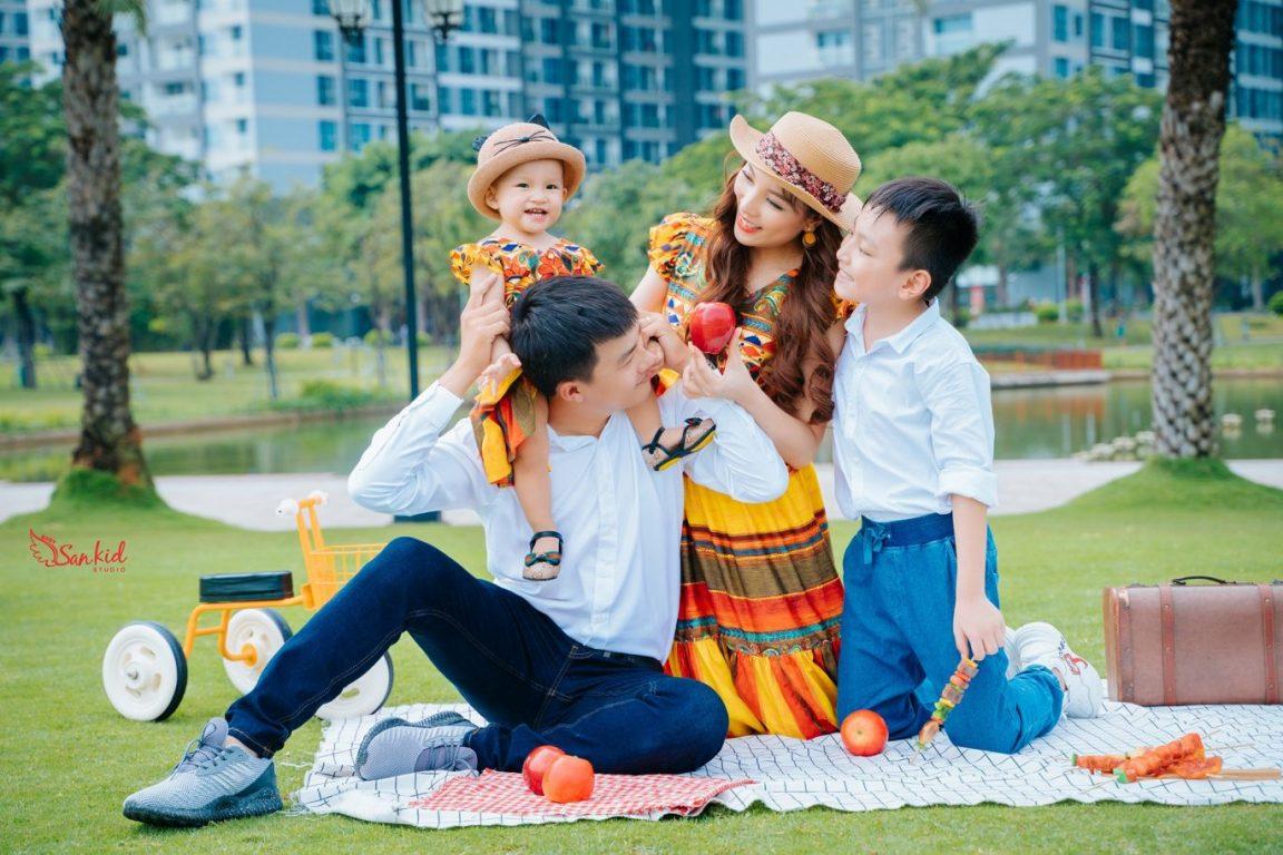 Hình ảnh gia đình hạnh phúc trong chuyến dã ngoại