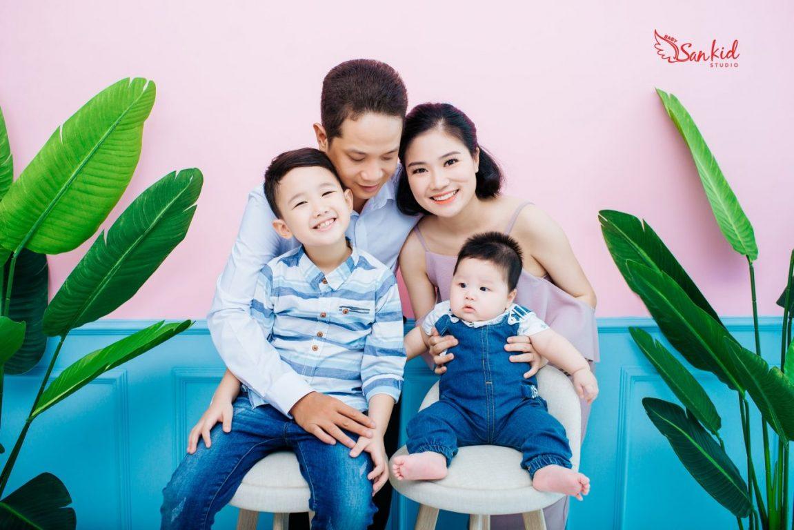 Không gian xanh tại nhà giúp bức ảnh gia đình trở nên tươi sáng