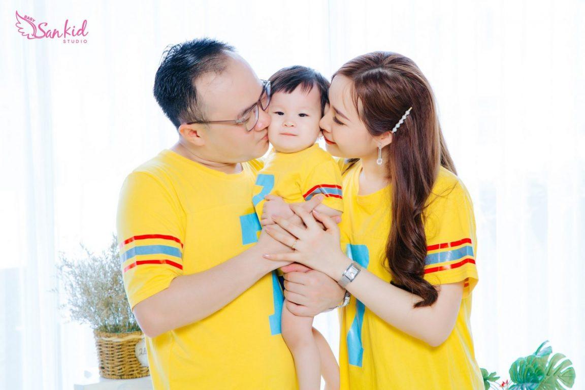 Chọn đồng phục gia đình có màu nổi bật chụp ảnh kỷ niệm ngày cưới