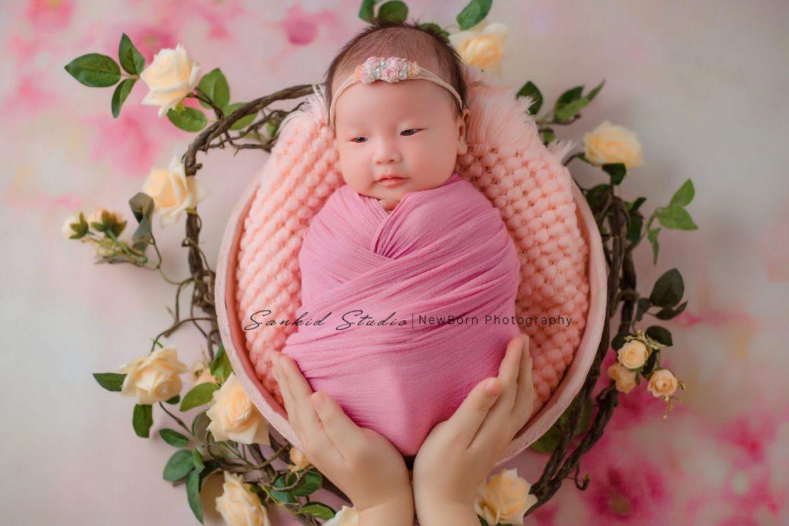 Tạo dáng tổ kén cho con giúp hình ảnh bé sơ sinh nghệ thuật
