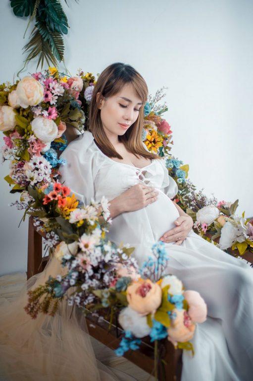 Trang trí hoa với ghế gỗ làm đạo cụ chụp ảnh nghệ thuật