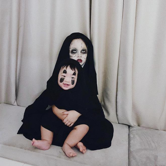 Hóa thân Vô Diện đêm Halloween ma mị cho 2 chị em