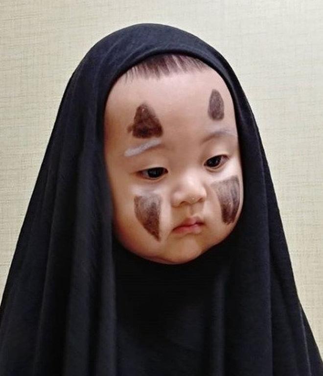 Hóa thân Vô Diện ma mị cho bé trong lễ hội hóa trang