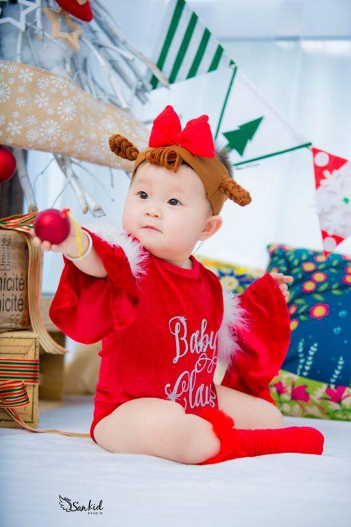 Hình ảnh ông già Noel nhí vui nhộn