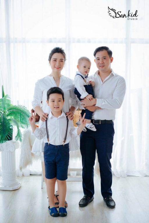Hình ảnh gia đình 4 người hạnh phúc, vui vẻ